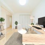 フルリノベーション済み 陽当たりの良さと白を基調とした内装が相まって雰囲気の良い明るい室内 ※家具はイメージです(寝室)