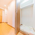 洗濯機置き場は収納扉で隠せるので見た目も気になりません。便利な棚付きです。(内装)