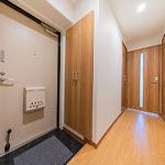 玄関からお部屋の中が見えにくくプライバシー面も安心です。シューズボックスは高さがあり収納力も十分にあります。(玄関)