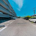 駐車場は平置きタイプ。月額9000円で空きも有ります