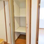 玄関側の廊下収納。色々と収納できる便利な収納スペース。(内装)