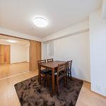 洋室からバルコニーにも出ることができます。お部屋の建具も新規交換しています。(寝室)