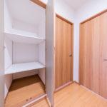 廊下にも収納があります。高さ・奥行きもある便利な収納スペース。(内装)