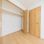 北側の洋室6帖のクローゼットも大きめで収納力はばっちりです。(内装)
