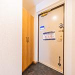 玄関には大型の下駄箱を新設(玄関)