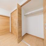 洋室5帖のクローゼット 寝具も収納できる広さです(内装)