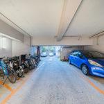 駐車場は平置きタイプ、駐輪場は室内なので雨の日も安心です