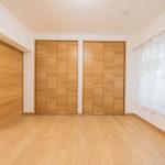 洋室5帖には大きな収納スペースが付いています(寝室)