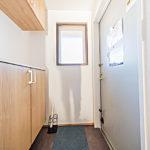 フロアタイル張替え、シューズボックス新設 おしゃれな内装の玄関です(玄関)