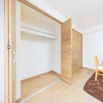 洋室6帖にはクローゼットが2つ並んだ大型収納を完備(寝室)