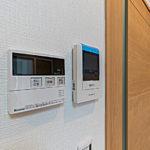 リビングにあるTVモニターホンと給湯器リモコン(お部屋からお風呂のおいだき操作などができます)