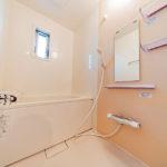 ユニットバス新規交換済み 小窓付きで通気性も良い浴室です(内装)