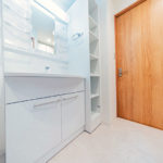 幅広、シャワーヘッド付きで使いやすい洗面化粧台(内装)