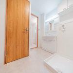 洗濯機置き場の上には収納に便利な吊戸棚を新設