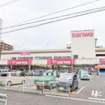 マンション周辺にはスーパーやコンビニが多数あるので、毎日のお買い物も楽です(周辺)