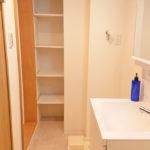 洗面室 タオルなどを収納するのに便利な棚があります(内装)