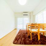 南東向き、角部屋の3DK  こちらの洋室にエアコンを1台新設済み(寝室)