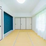 床の間には深みのある青色を使用(寝室)