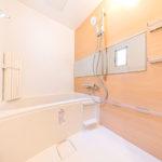 浴室もフルリフォーム済みでキレイです。窓がついているので換気もしっかりできます(風呂)
