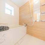 浴室もフルリフォーム済みでキレイです。浴室にも窓があるので通風良好!(風呂)