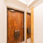 トールタイプのシューズボックスを新設、大きなミラーが付いているので玄関周りを広く見せてくれます(内装)