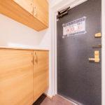 シューズボックス新設、フロアタイル張替え。空いたスペースには鍵を置いたり、玄関先のインテリアも楽しめます(玄関)
