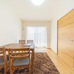 6帖の洋室、大きな窓からたっぷりと陽が入る明るい空間(寝室)
