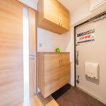 シューズボックス新設、フロアタイル張替え 空いたスペースには鍵を置いたり、玄関先のインテリアも楽しめます(玄関)