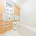 窓付きの浴室は通気性良く快適(内装)