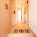 玄関から廊下にかけてもゆとりのあるゆったりとした室内です(玄関)