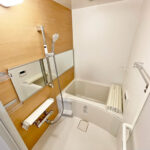 ユニットバス新規交換。シャワーや水栓など浴室内すべて新しく交換していますので、ぴかぴか清潔。水漏れの心配も減り安心です。(風呂)