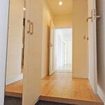 廊下にはダウンライトを使用し、おしゃれな空間に。玄関から廊下部分もゆったりとした広さです。(玄関)