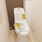 トイレ新規交換。ウォシュレット新規取付。 上部には収納棚を設置していますので、トイレットペーパーやお掃除グッズを置いておくことができます。(内装)