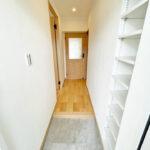 玄関から廊下にかけてゆったりとしています。玄関収納は可動棚になっているので、自由に高さの調節ができます。(玄関)