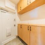 シューズボックス新設。上にも吊戸棚が付いていますので、収納スペース充実。(玄関)