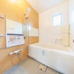 ユニットバス新規交換。窓付きの浴室で水まわりも風通し良好。(風呂)