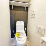 トイレ新規交換。上部には収納棚を設置しています。(内装)