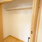 さらに廊下収納も有り。贅沢な広さを活かして、収納を充実させています。(内装)