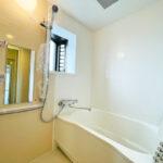 窓付きの浴室で換気しやすく、通気性良く保てます。(風呂)