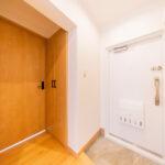 ゆったりとした玄関スペース。シューズボックス新設。(玄関)
