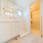洗面室に窓があるので、換気しやすく水まわりも通気性良く保てます。(内装)