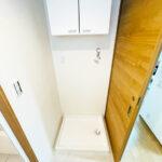 防水パン新規交換。洗剤などを収納するのに便利な吊戸棚が付いています。(内装)