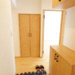 ゆったりとした玄関スペース。廊下収納とは別に上下タイプのシューズボックスを新設しているので、玄関周りもすっきりと整頓できます。(玄関)