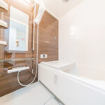 シャワーやユニットバスも交換されたきれいなバスルーム(風呂)