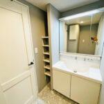 三面鏡付き、大きめの洗面化粧台を新設しています。タオルや小物の収納に便利な棚も設置し使い勝手良さにもこだわりました。(内装)
