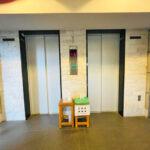 マンション戸数が多いとお部屋への行き来が大変に感じる時もありますが、エレベーターが2基ございますのでスムーズにご移動して頂けます。