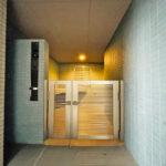 玄関はポーチ付きで防犯面とプライバシーへの配慮もしっかりとされています。(周辺)