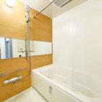 ユニットバス新規交換。フルリノベーション済みのバスルームでゆっくりとお寛ぎ頂けます。(風呂)